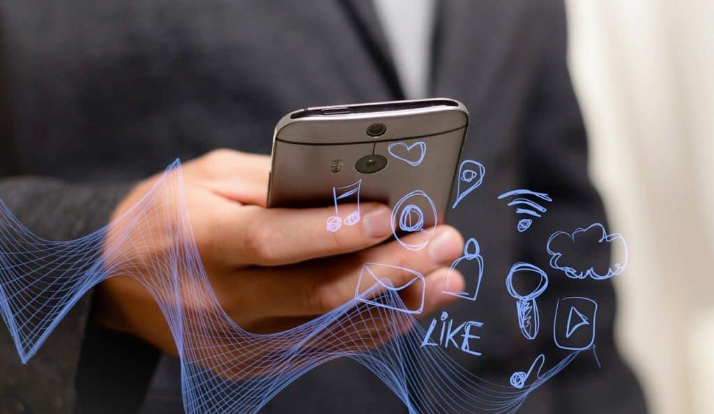 בחור מחזיק פלאפון עם אינטרנט מהיר